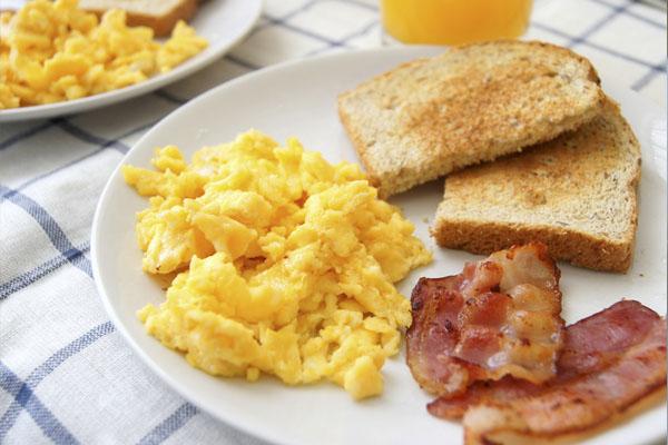 Huevos revueltos con bacon