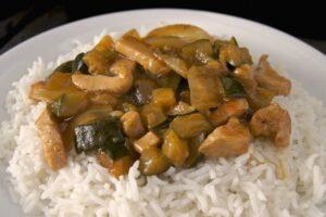 Chop suey de pollo con verduras y arroz