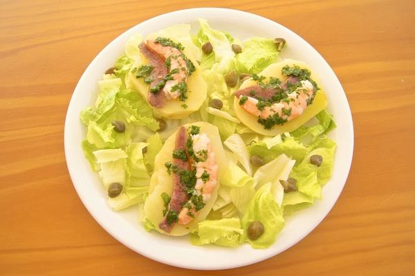Receta de ensalada de patatas y mar con salsa verde