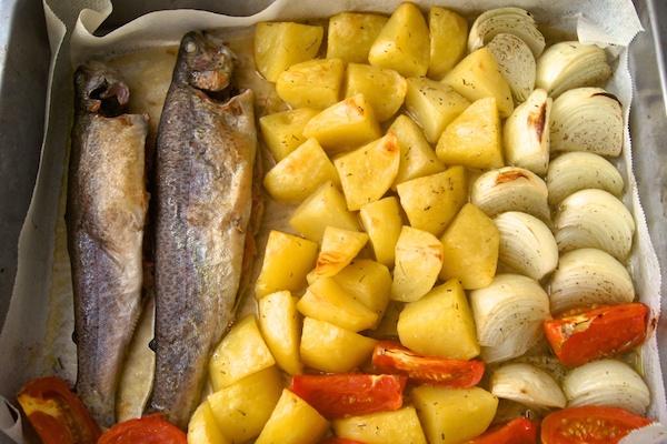 Receta de trucha al horno y patatas al romero
