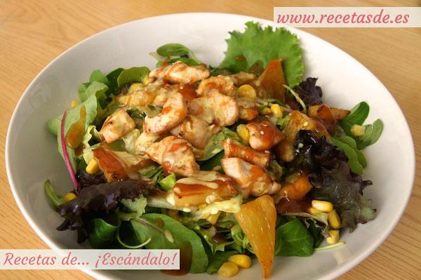 Receta de ensalada de pollo a la plancha con piña, salsa agridulce y leche de coco al curry