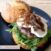 Hamburguesas caseras con queso de cabra y cebolla caramelizada