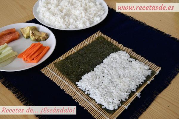 Extendiendo arroz de sushi