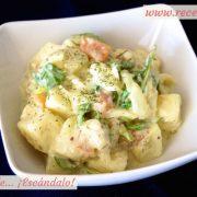 Ensalada de patatas cocidas y salmón ahumado con salsa mayonesa tártara