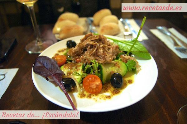 Ensalada con verduras ecológicas, carne mechada y vinagreta de mostaza