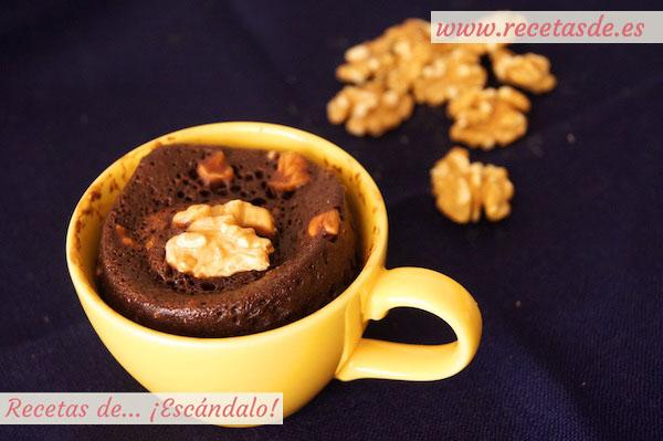 Mug cake de chocolate y nueces al microondas en taza
