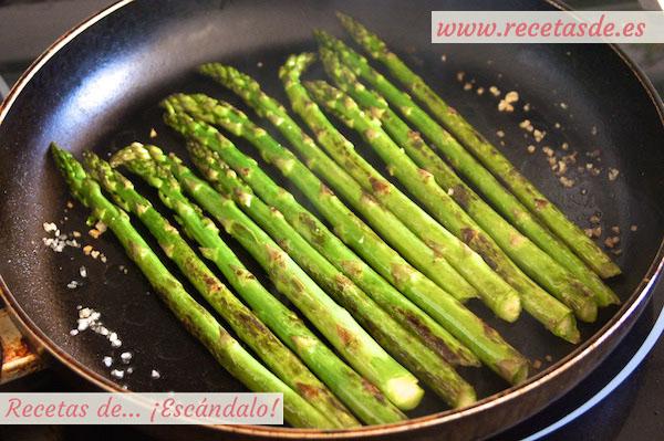 Como hacer la receta de Receta de esparragos verdes a la plancha con salsa romesco y rollitos de tortilla