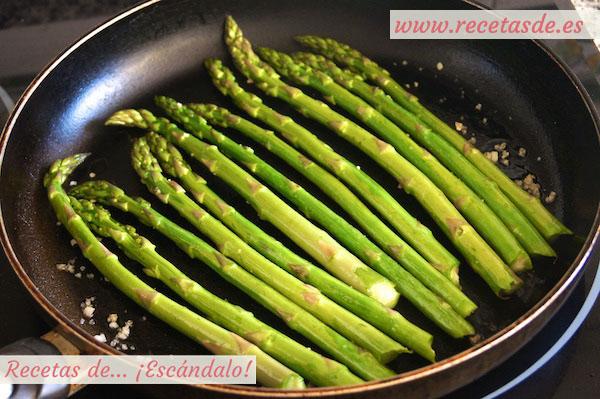 Como preparar esparragos verdes a la plancha con salsa romesco y rollitos de tortilla