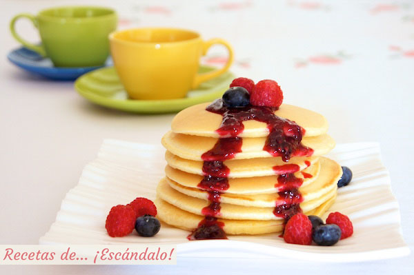 Receta de tortitas americanas caseras o pancakes con confitura rapida de frutos rojos