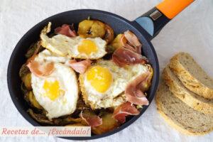 Huevos rotos o huevos estrellados con patatas y jamon