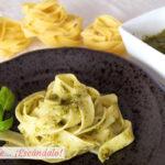 Pasta Tagliatelle con salsa pesto casera y fácil