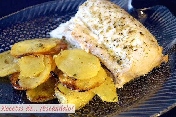 Receta de merluza al horno con patatas panaderas y cebolla