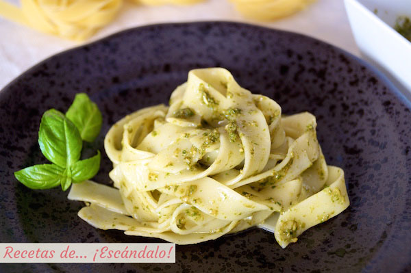 Receta de pasta Tagliatelle con salsa pesto casera y facil
