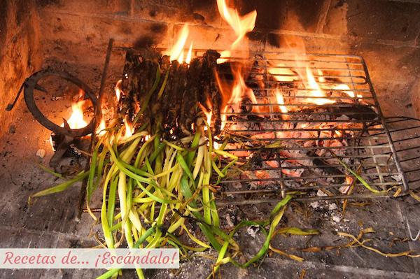 Calçotada asandose en las llamas