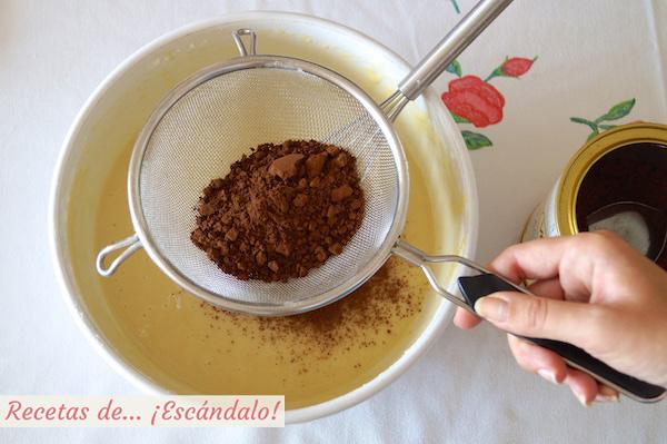Masa de las magdalenas con cacao puro en polvo