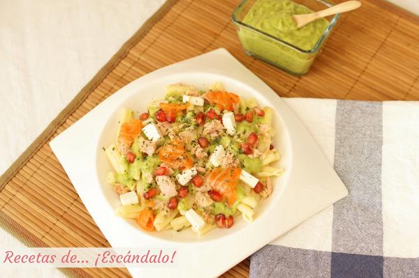 Ensalada de pasta fria con atun y salsa de aguacate casera