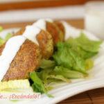 Cómo hacer falafel al horno con salsa de yogur casera