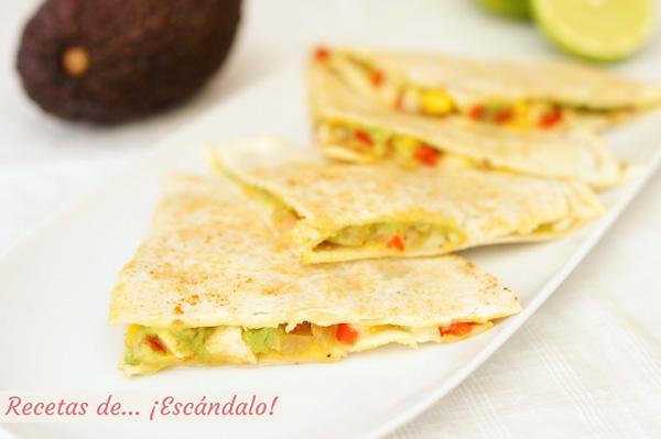 Quesadillas mexicanas de pollo y queso con verduras y aguacate