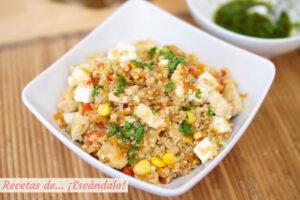 Ensalada de quinoa con verduras, pollo y aliño thai