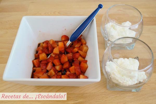 Montaje de los vasitos de fresas con vinagre y queso