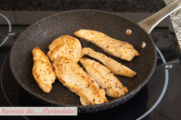Pollo salteado para la ensalada de quinoa