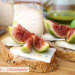 Tostadas con queso Camerano e higos frescos alinados