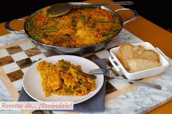 Paella de arroz o arroz con pollo tradicional
