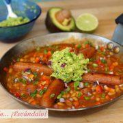 Salchichas con frijoles y guacamole, receta de estilo mexicano