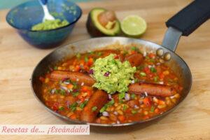 Salchichas con frijoles y guacamole. Receta de estilo mexicano