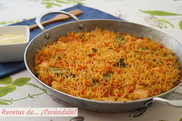 Receta de fideua de pollo y verduras con salsa alioli casera