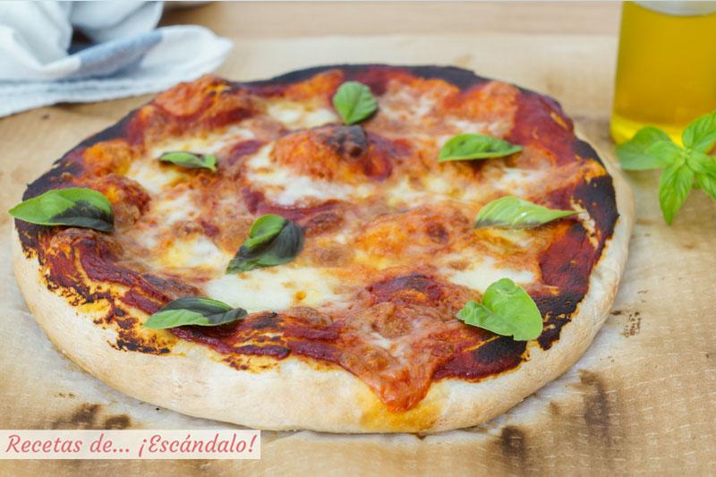 Pizza margarita con masa de pizza casera