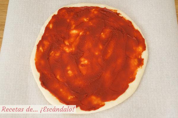 Pizza margarita con tomate concentrado
