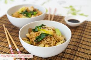 Fideos de arroz chinos salteados con champiñones y pak choi