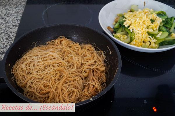 Fideos de arroz salteados