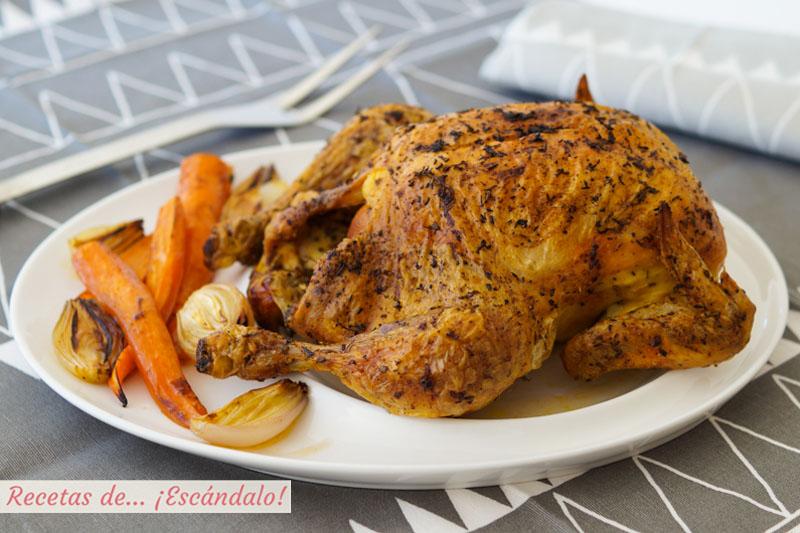 Pollo al horno asado entero, muy jugoso y con piel crujiente