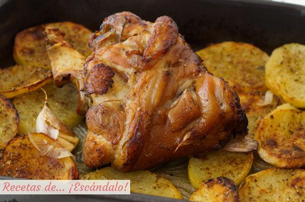 Receta de codillo de cerdo asado al horno con patatas, super jugoso