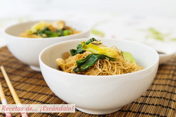 Receta de fideos de arroz chinos salteados con champinones y pak choi