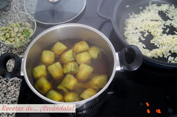 Cocemos las alcachofas mientras empezamos con el sofrito