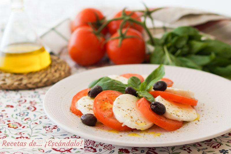 Ensalada caprese de tomate y mozzarella con albahaca. Receta italiana