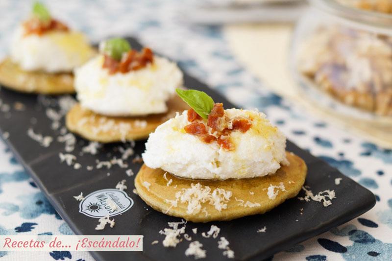 Blinis de nueces y albahaca con requeson y tomate seco