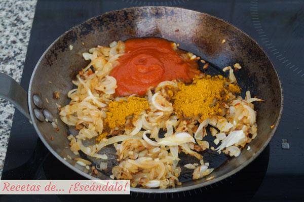 Sofrito ajo, cebolla, curry y salsa de tomate