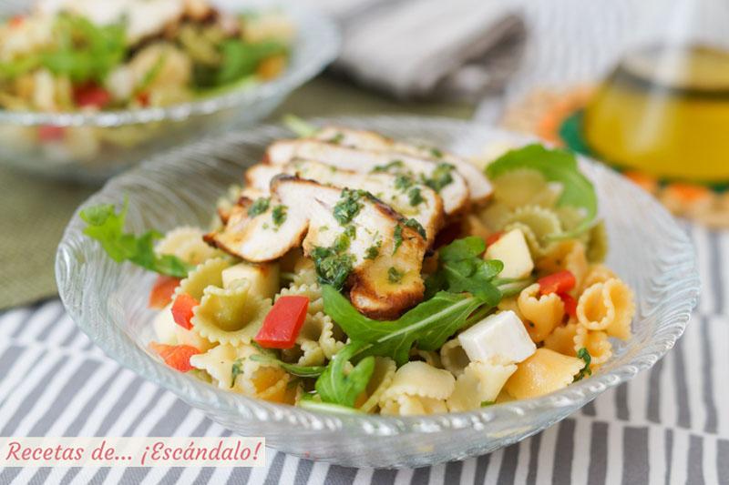 Ensalada de pasta fria con pollo y rucula y alino de lima y hierbabuena