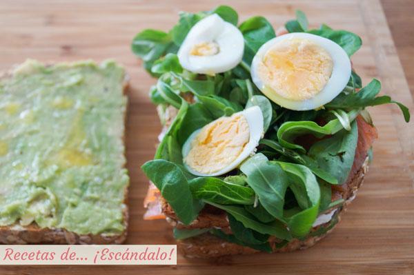 Sandwich de aguacate, salmon y huevo duro