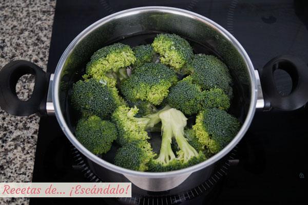 Brocoli cocido en olla sumergido en agua
