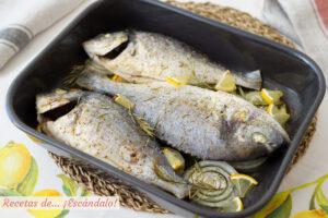 Dorada al horno con cebolla, un pescado delicioso