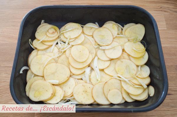 Guarnicion de patatas asadas y cebolle