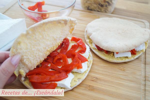 Pan pita relleno de queso brie, pimientos del piquillo y mostaza francesa
