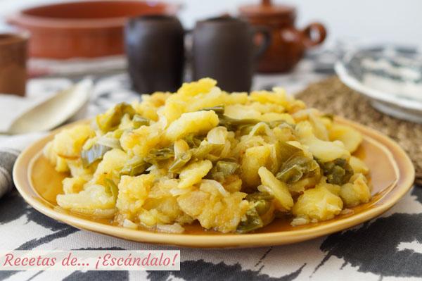 Receta de patatas a lo pobre con cebolla y pimientos. Gguarnicion tradicional