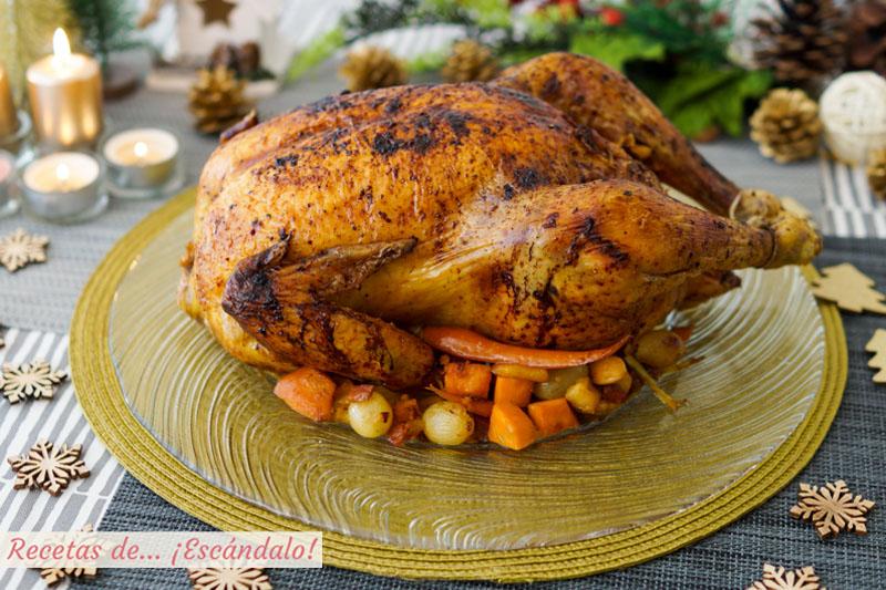 Pollo relleno al horno con guarnición de zanahorias asadas, uvas y boniato