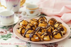 Profiteroles rellenos de nata y con chocolate caliente. Receta paso a paso